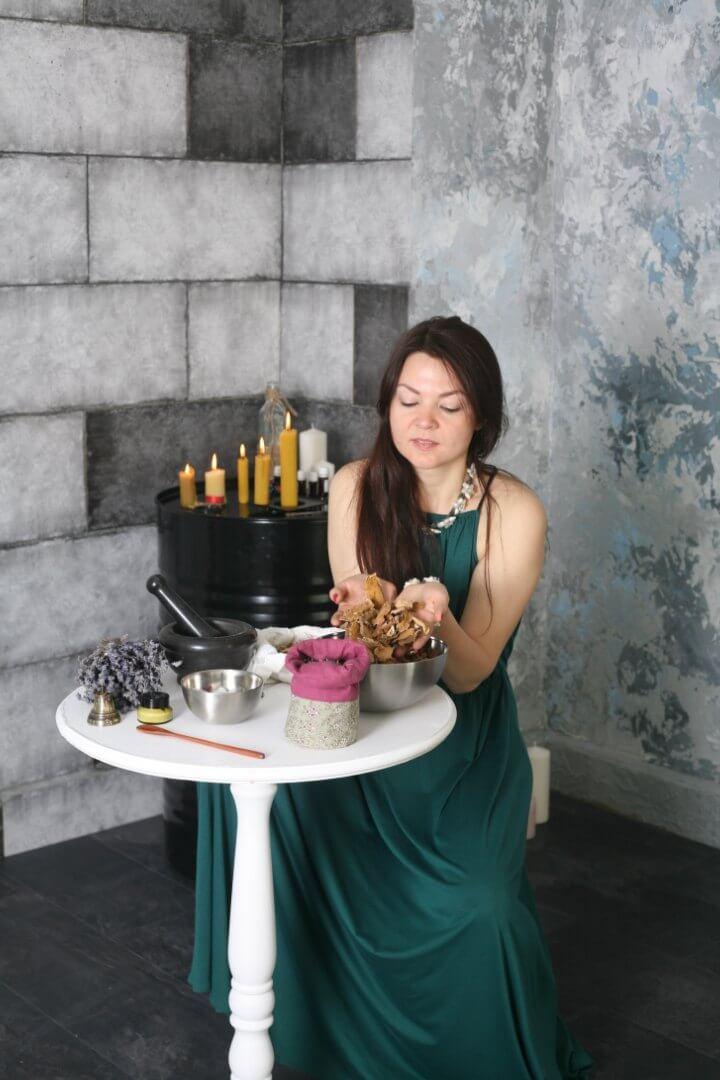 Приготовление тайских травяных мешочков для массажа